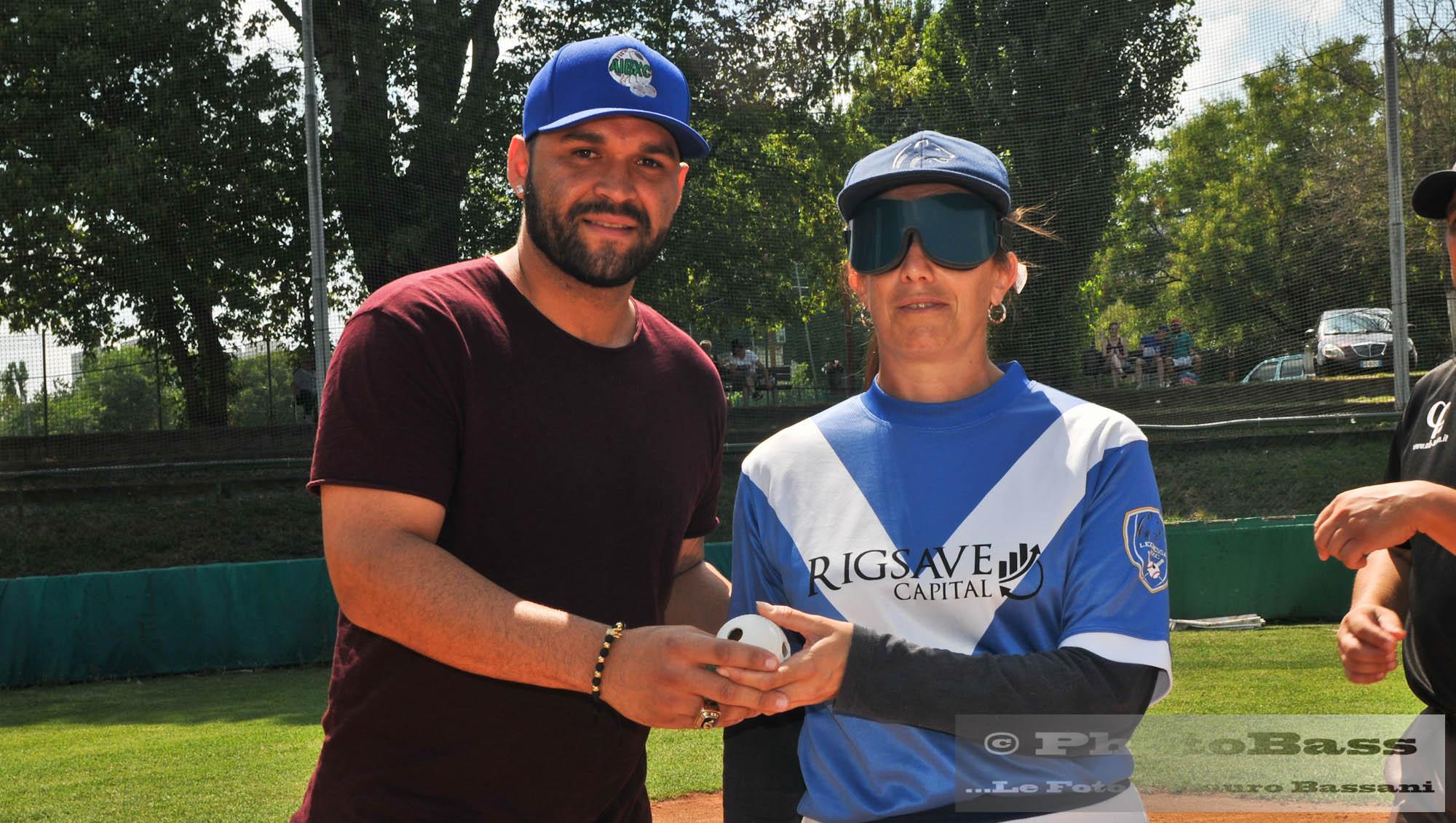 Osman Marval (giocatore della Fortitudo UnipolSai campione ed MVP della Coppa dei Campioni 2019) porge la prima palla dell'incontro a Barbara Menoni, prima battitrice della Leonessa BXC.