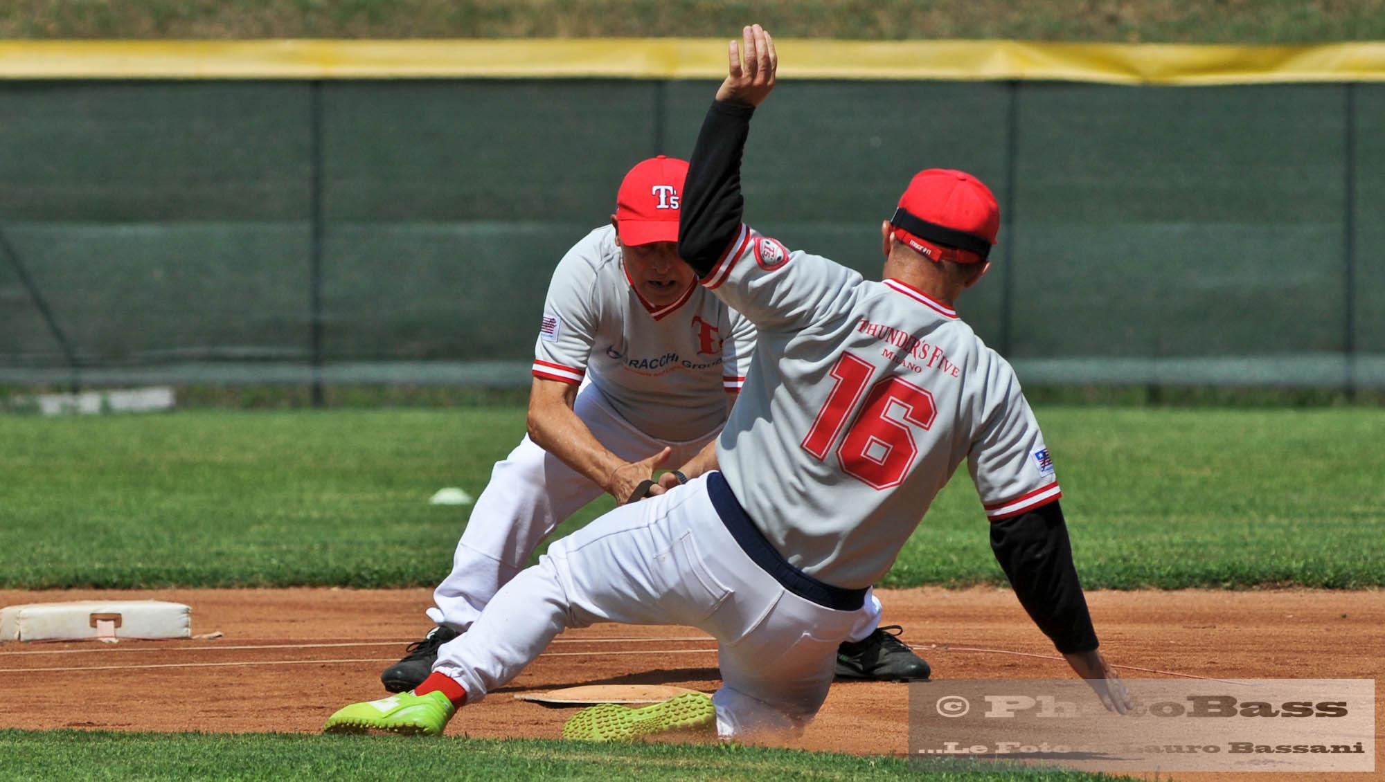 Ivan Nesossi in una perfetta scivolata in seconda base