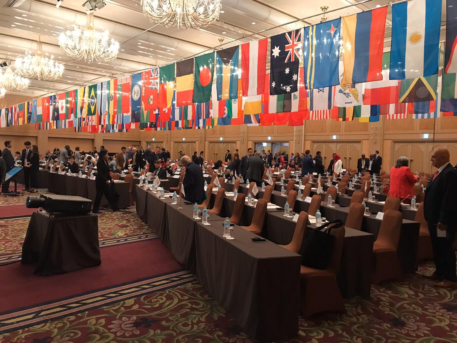 Vista salone congresso con bandiere